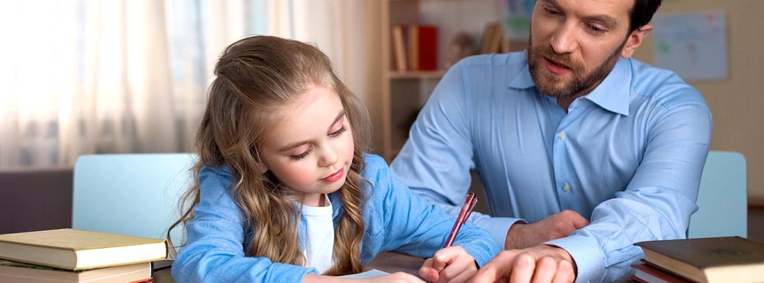 padre ayudando a su hija a hacer los deberes