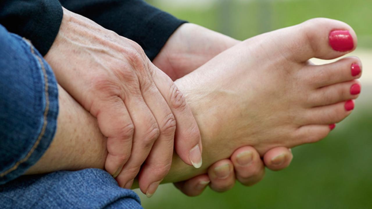 sensacion de hinchazon en las manos y pies