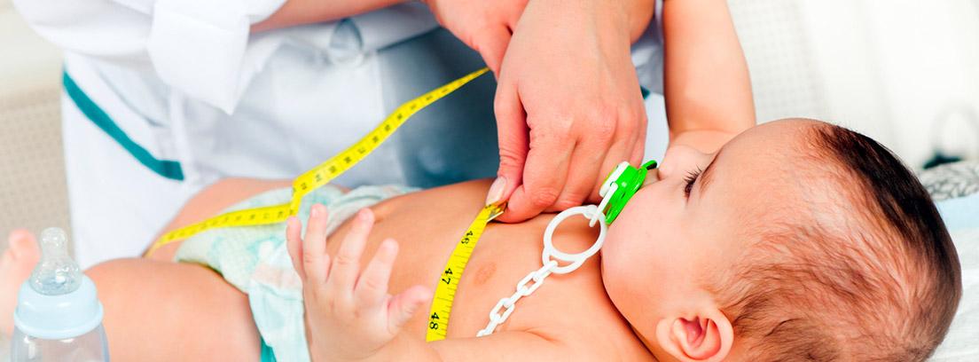especialista midiendo el abdomen de un bebé