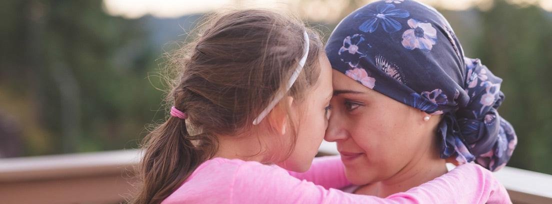 madre con cáncer abrazando a su hija