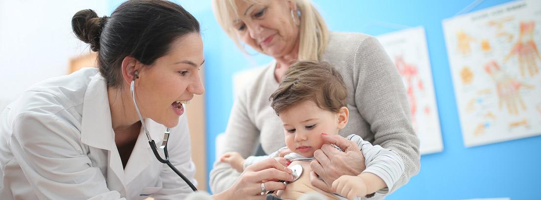 niños en consulta del pediatra con su madre