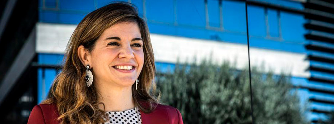 La psiquiatra Marian Rojas-Estapé, con chaqueta roja y blusa de lunares, muy sonriente