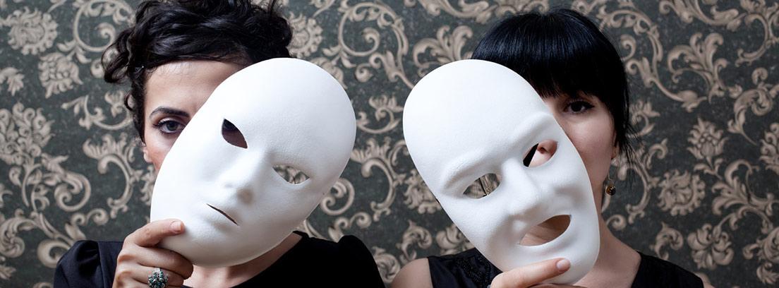 Dos mujeres sobre fondo de papel tapiz detrás de la máscara