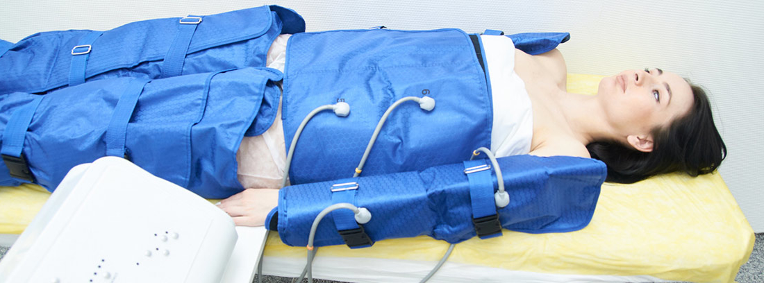 mujer tumbada en camilla en sesión de presoterapia