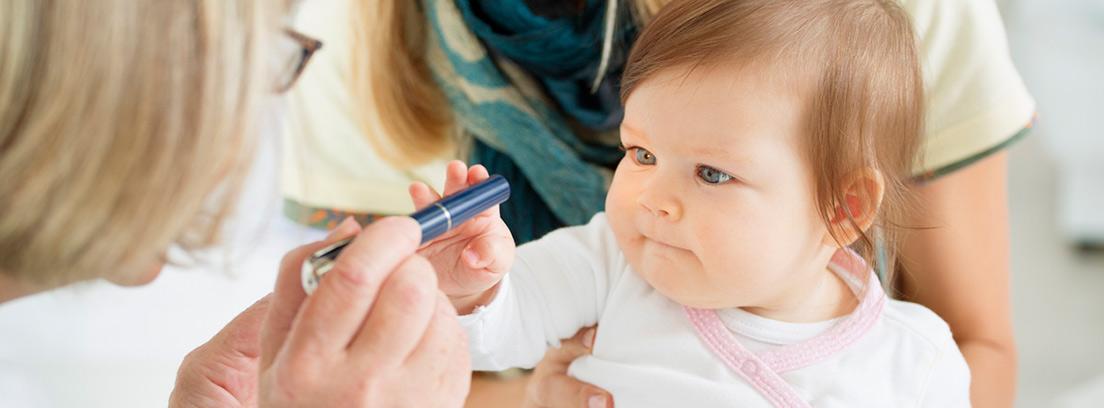 bebé en consulta del oftalmólogo para revisión de la vista