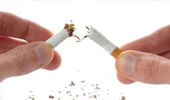 Persona rompiendo un cigarrillo