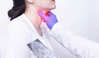 Persona con dolor de garganta