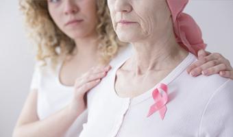 Mujer cuidando a otra mujer con cáncer
