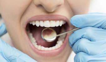 Dentista examinando la boca de una paciente