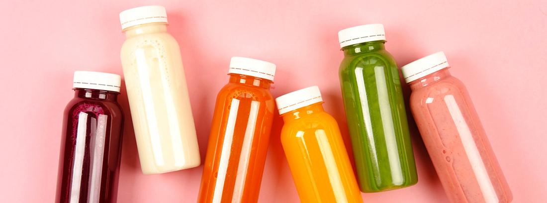botellas con diferentes bebidas hidratantes