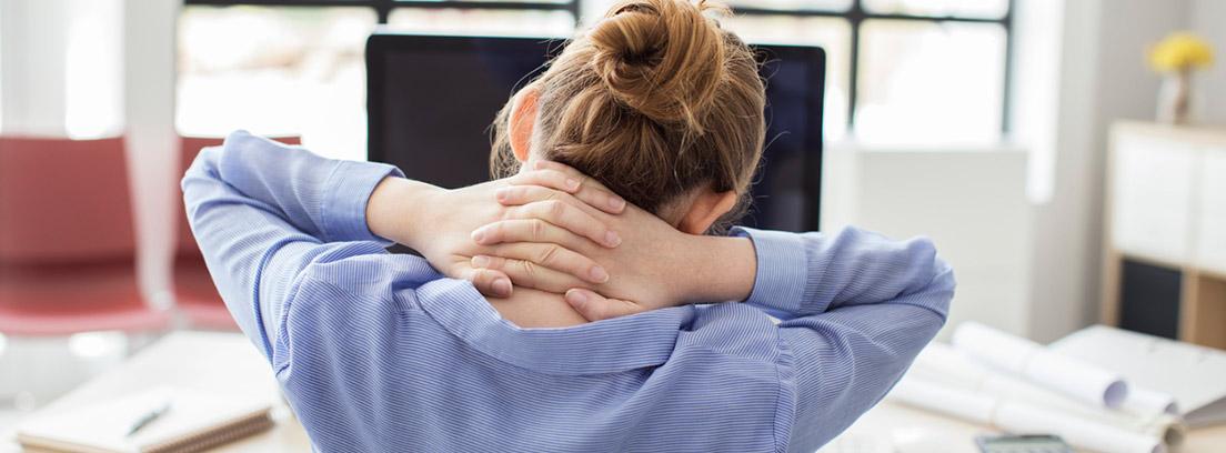 mujer de espaldas con las manos sobre la nuca