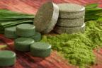varias pastillas de espirulina, tallos y polvo
