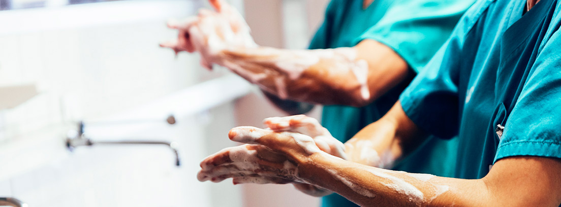 médicos en hospital lavándose las manos