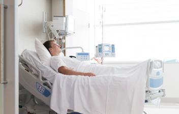 paciente en camilla en un hospital
