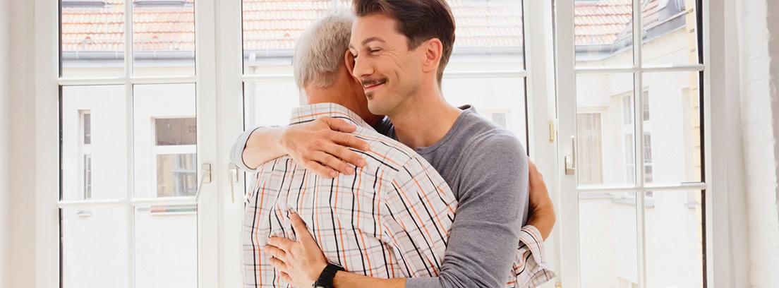 hombre mayor y hombre joven abrazándose