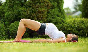Mujer embarazada practicando deporte.