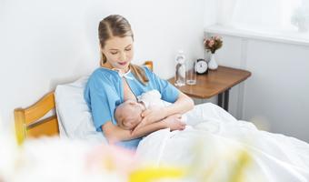 Mujer dado de mamar a su bebé.