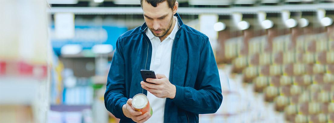 hombre joven comprobando mediante una app del móvil un alimento