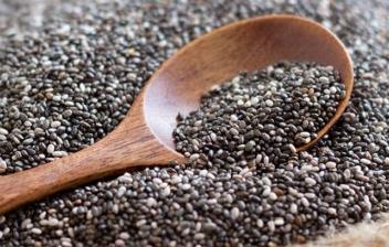 semillas de chía y cuchara de madera