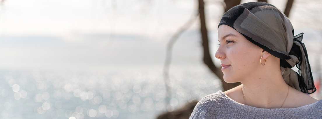 mujer joven con cáncer