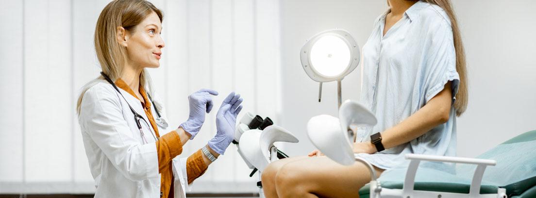 ginecologa explorando a una paciente