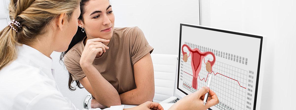 Revisión ginecológica: mujer en consulta viendo un útero