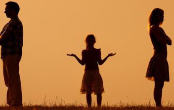 Confundida hija de pie en medio de sus padres enojados