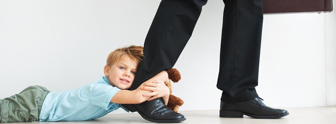 niño tirando del pie de su padre