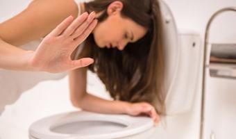 mujer en el váter vomitando por gastroenteritis