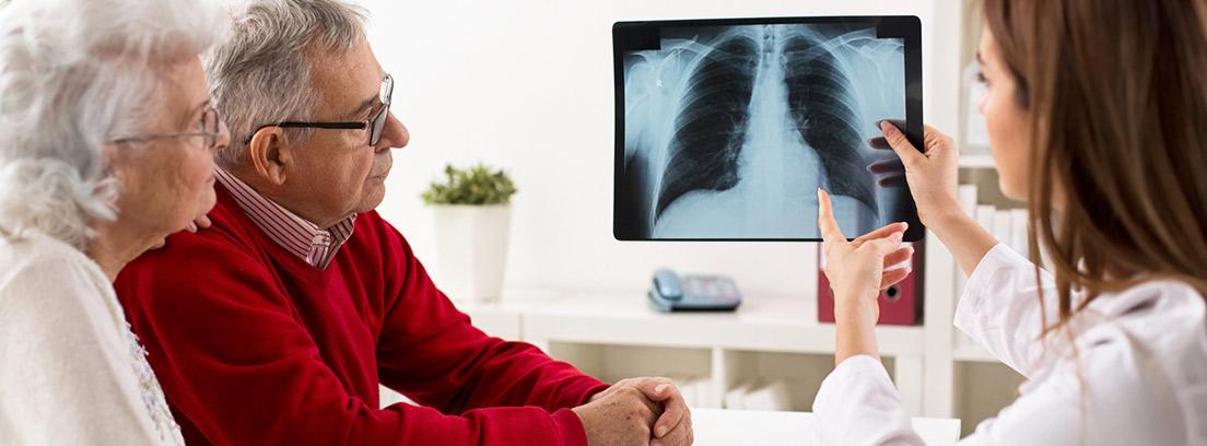 pacientes con doctora mirando una radiografía de los pulmones
