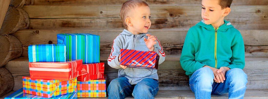 niños con muchos regalos