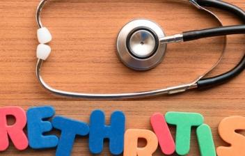 letras de colores formando la palabra ureitris y un fonendoscopio