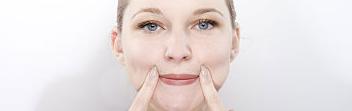 Mujer haciendo yoga facial