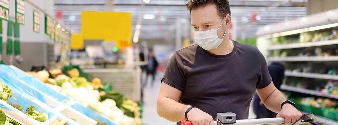 hombre con mascarilla haciendo la compra