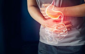 dispepsia funcional: mujer tocando el estómago con dolor