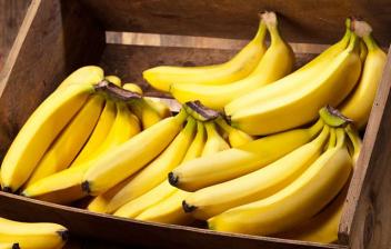 cajón de madera con plátanos