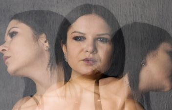Vivir con trastorno límite de la personalidad (TLP): mujer con varias personalidades