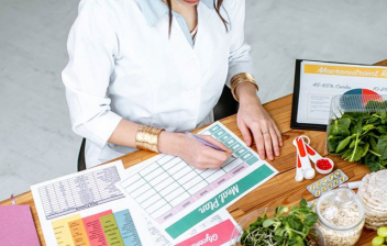 Alimentación saludable durante el confinamiento: mujer realizando un menú semanal con productos sanos