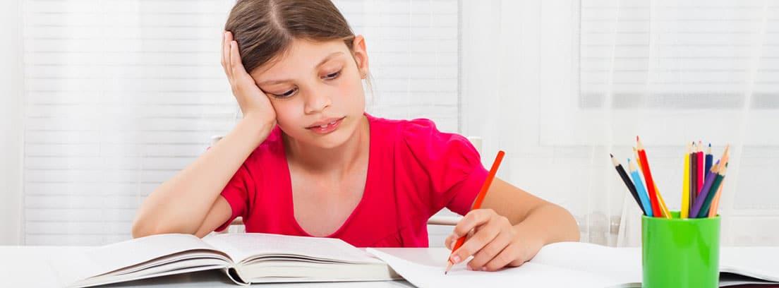 Problemas de aprendizaje en el niño, DEA: niña realizando los deberes