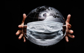 Controlar el miedo a la epidemia: Manos sosteniendo globo aislado sobre fondo negro.
