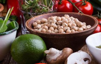 Raw food: alimentación crudivegana, vegetales y legumbres saludables