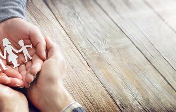 Mejorar la convivencia familiar: manos abiertas con recortable de familia