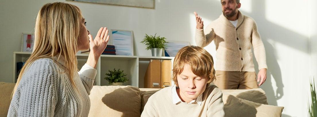 Convivencia familiar: padres discutiendo con el niño al lado