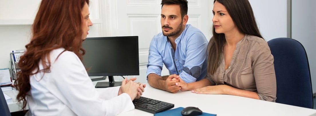 Síndrome del gemelo evanescente o desaparecido: pareja en la consulta del ginecólogo
