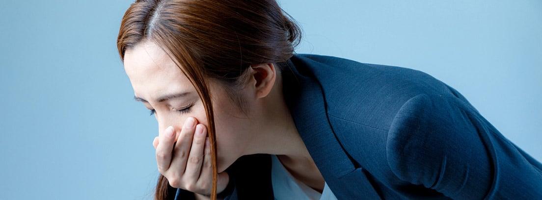 ¿Cómo hacer que las náuseas y vómitos desaparezcan? : mujer con náuseas
