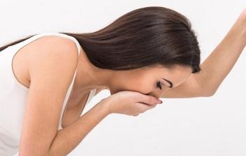 ¿Cómo hacer que las náuseas y vómitos desaparezcan? : mujer en el baño con la mano en la boca con sensación de náuseas