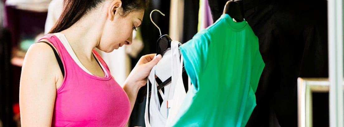 Ropa deportiva para el verano: chicas eligiendo camisetas deportivas