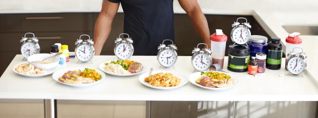 Efectividad de los suplementos deportivos Grupo A y B: deportista enfrente de una mesa con alimentos y suplementos alimentarios