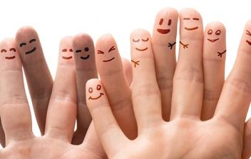 Nuevas conductas tras el COVID 19: dedos con caritas pintadas con diferentes expresiones humanas