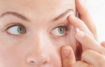 ¿Cómo usar lentes de contacto?: mujer poniéndose unas lentillas